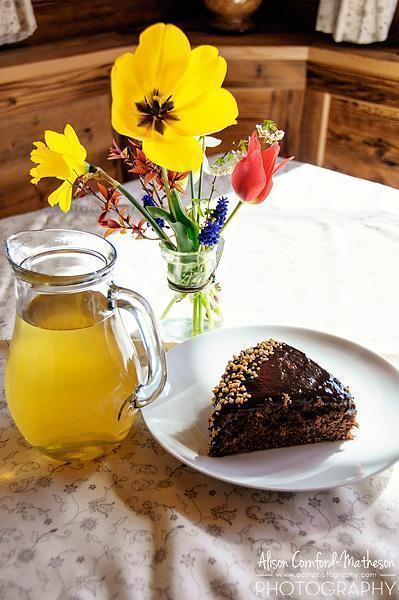 Cake, apple juice and fresh flowers - what a welcome!