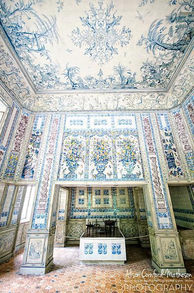 I just can't resist a Delft-tiled kitchen!