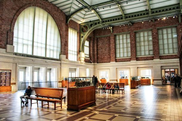 A pleasure to wait here for your train - Schaarbeek's salle des pas perdus