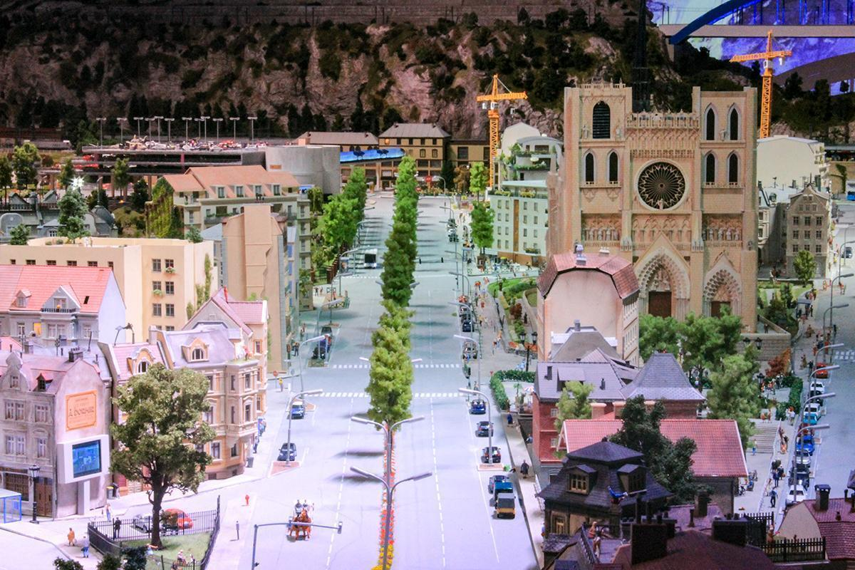 The large boulevard and cathedral in the city section of Mini World Lyon