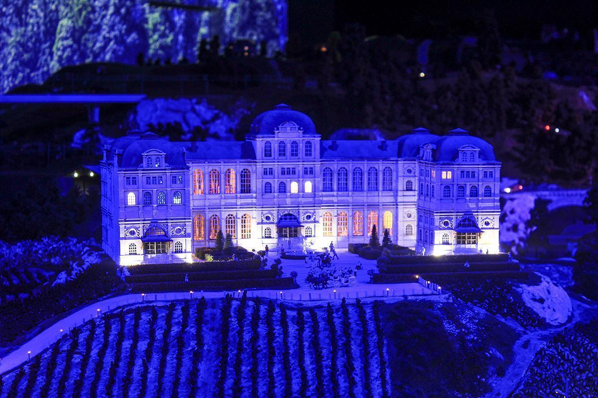 A vineyard and its chateau at night in Mini World Lyon