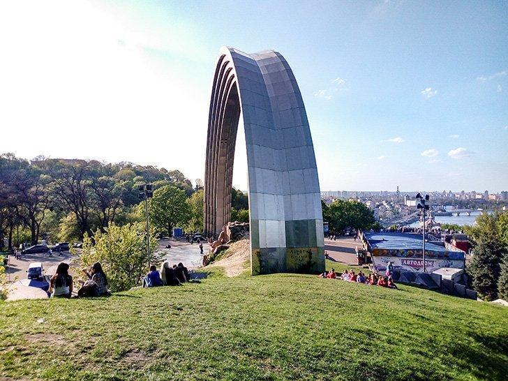 what to do in kiev ukraine visit the people's arch